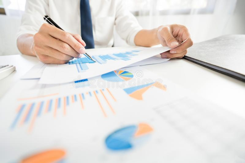 Het concept van de strategieanalyse, Zakenman die de financiële boekhouding van Managerresearching process werken berekent analys stock fotografie