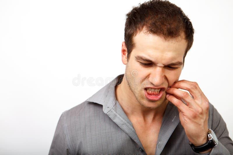 Het concept van de tandenpijn - mens die tandpijn voelen stock afbeelding