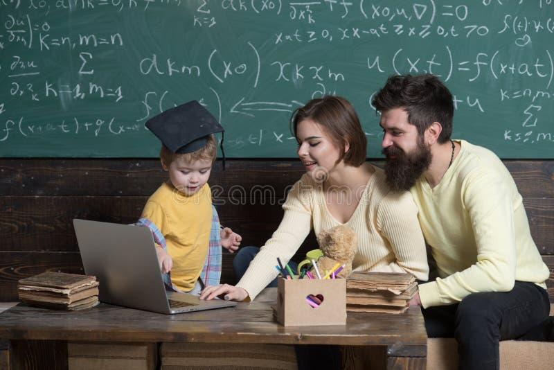 Het concept van de technologie De computertechnologie van het familiegebruik in schoolles Technologie voor online onderwijs Binne stock foto's