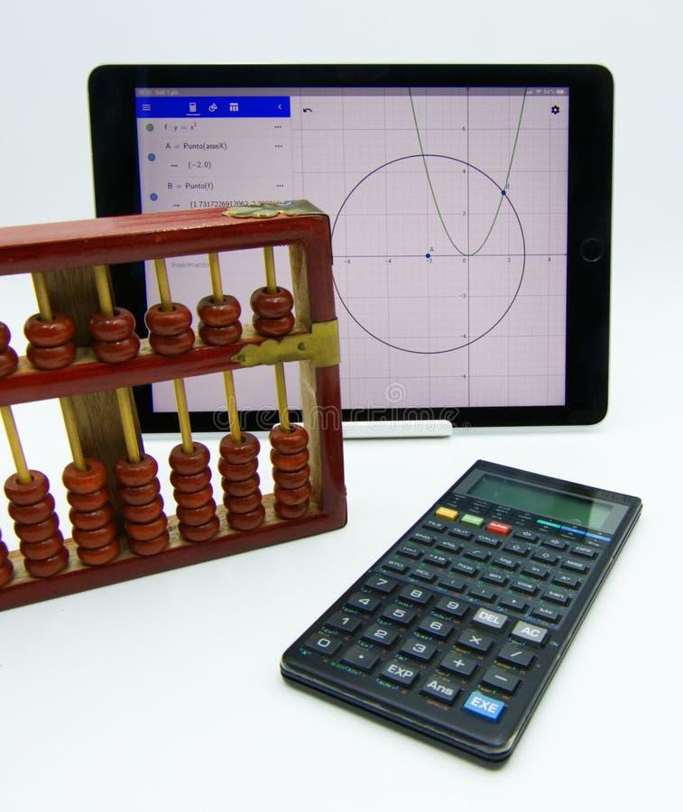 Het concept van de technologievooruitgang: uitstekend telraam, calculator, software royalty-vrije stock afbeelding