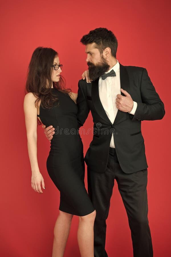 Het concept van de toekenningsceremonie De gebaarde van het de smokingmeisje van de herenslijtage elegante kleding Formele kledin royalty-vrije stock afbeelding