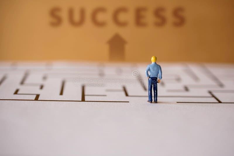Het concept van de uitdaging heden door Miniatuurcijfer van Zakenman st stock foto