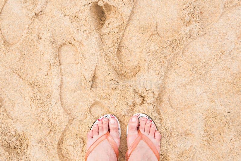 Het concept van de vakantie Het close-up van vrouwenvoeten het ontspannen op strand royalty-vrije stock foto