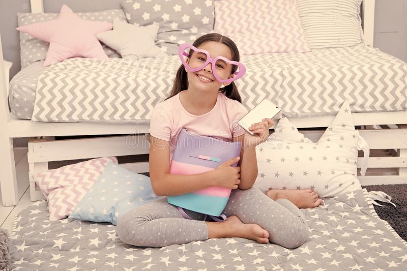 Het concept van de verjaardag Het gelukkige gekregen meisje verjaardagsgeschenk Weinig kind in buitensporige glazen glimlacht met stock afbeeldingen