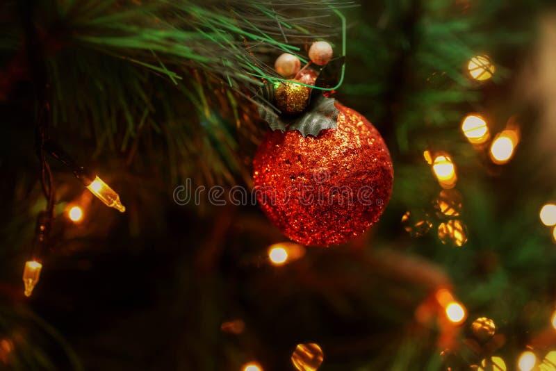 Het concept van de viering Kerstboom en bal met de tak van Kerstboom Kerstmis is komend elk huis verfraait royalty-vrije stock afbeelding