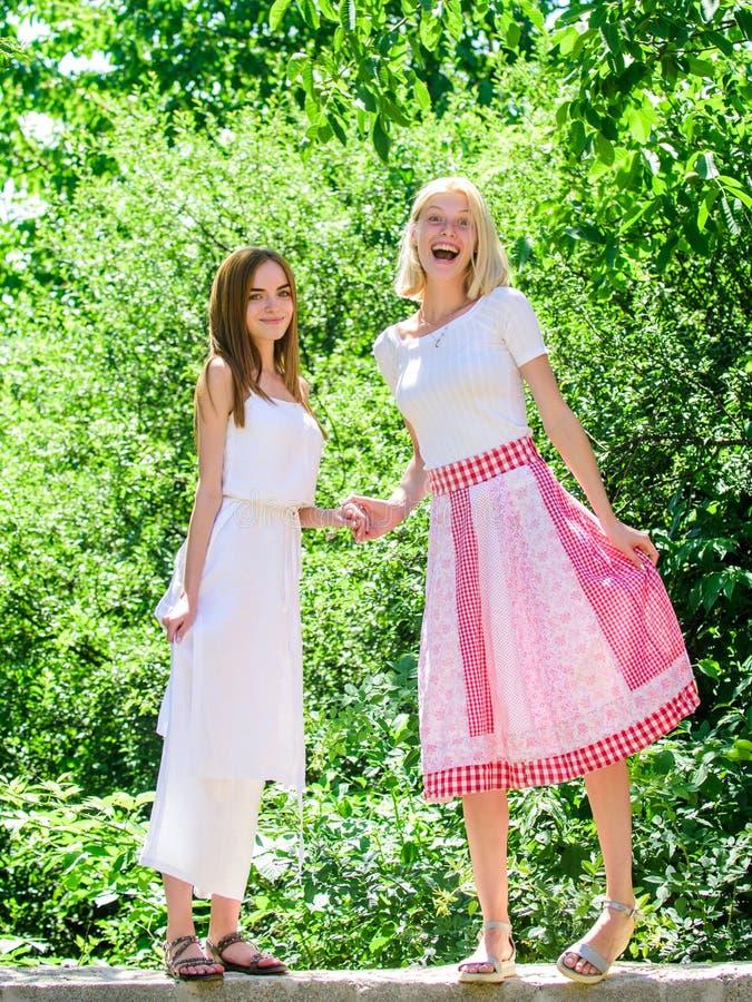 Het concept van de vriendschap Van de de zomerkleding van meisjesvrienden de achtergrond van de de uitrustingsaard De de zomervak stock afbeeldingen