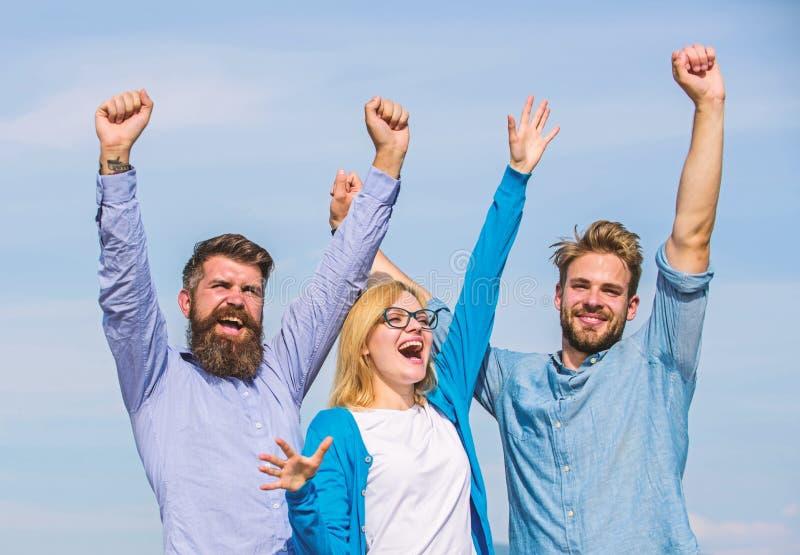 Het concept van de vrijheid Bedrijf drie gelukkige collega'sbeambten geniet van vrijheid, hemelachtergrond Mensen met baard in fo royalty-vrije stock fotografie