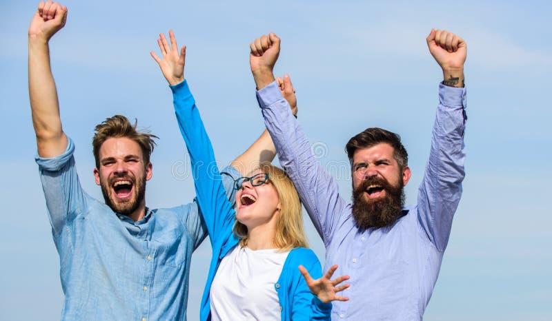 Het concept van de vrijheid Bedrijf drie gelukkige collega'sbeambten geniet van vrijheid, hemelachtergrond De werknemers genieten royalty-vrije stock fotografie