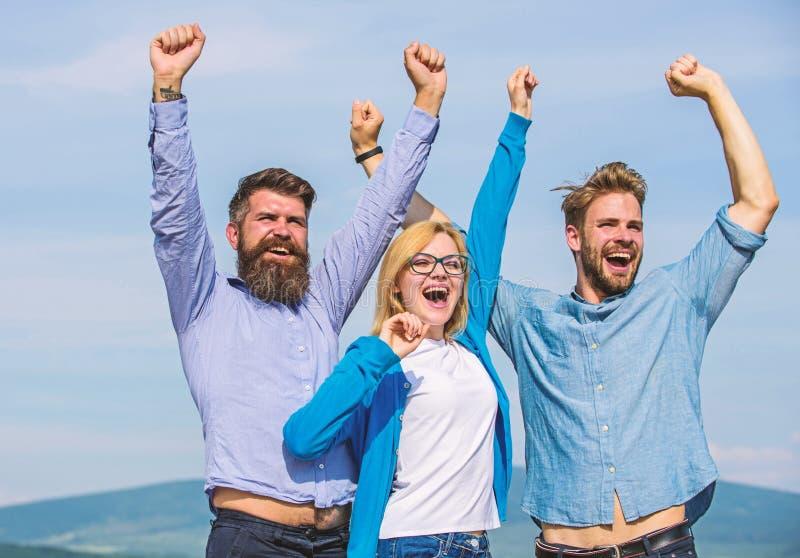 Het concept van de vrijheid De werknemers genieten van gevoel van vrijheid Bedrijf drie gelukkige collega'sbeambten geniet van vr royalty-vrije stock afbeeldingen