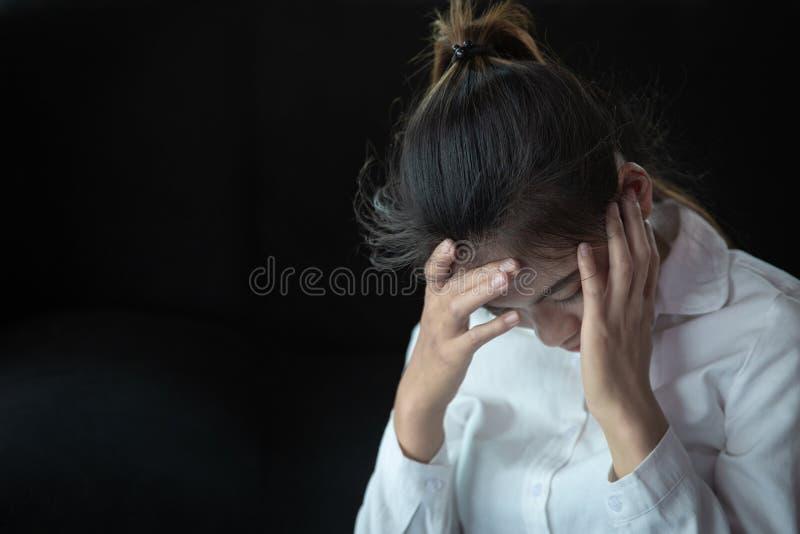 Het Concept van de het werkmislukking, Bedrijfsvrouw die Hoofdpijn hebben Beklemtoond en Gedeprimeerd Meisje wat betreft Haar Hoo royalty-vrije stock afbeeldingen