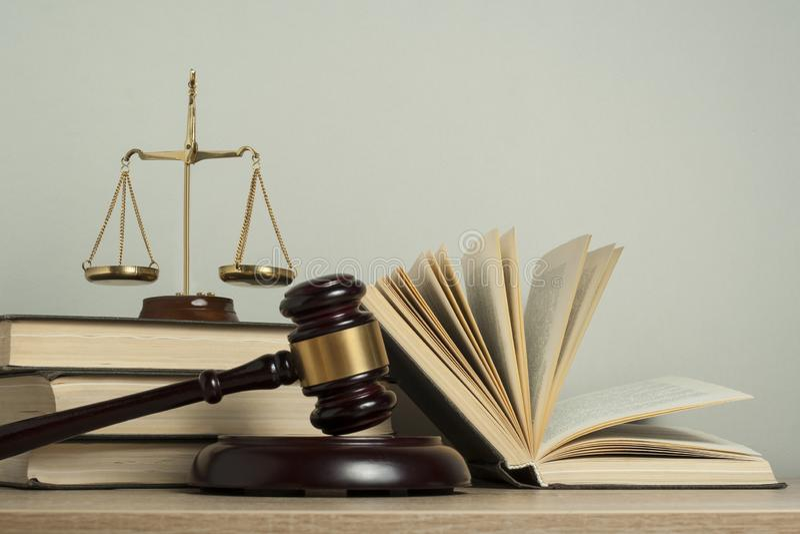 Het concept van de WET Houten rechtershamer met wetsboeken, schalen van rechtvaardigheid op lijst in een rechtszaal of een handha royalty-vrije stock fotografie