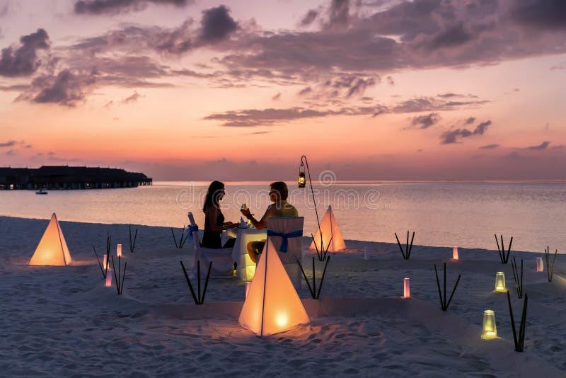 Het concept van de wittebroodswekenreis op een tropisch strand stock afbeelding