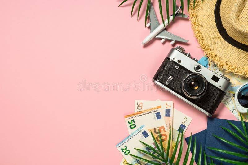 Het concept van de de zomerreis op roze hoogste mening als achtergrond stock fotografie