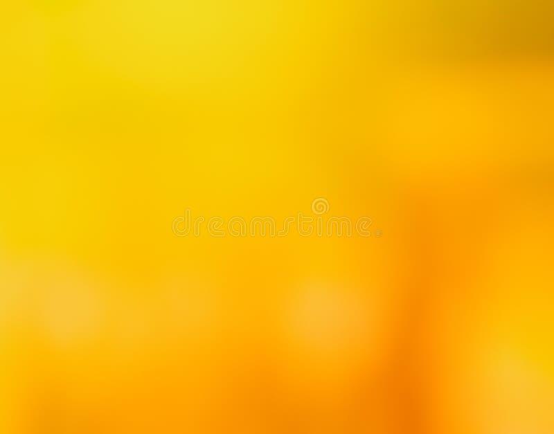 Het concept van de de zomervakantie: Abstract onduidelijk beeldstrand met de gele en blauwe achtergrond van de hemelzonsopgang stock foto's