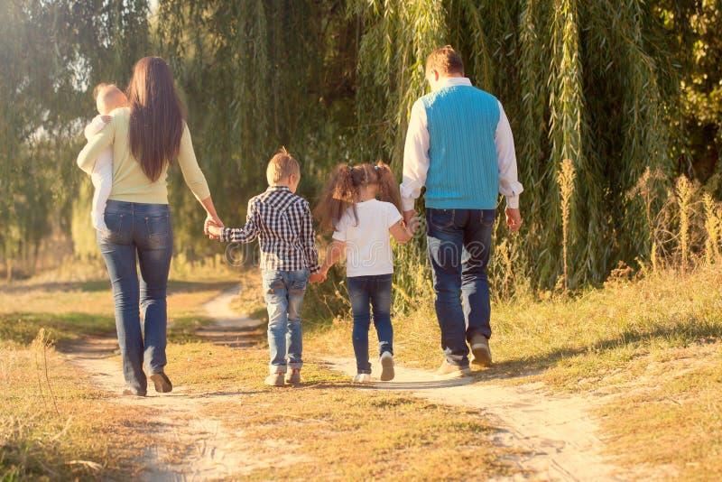 Het concept van familiebanden Het grote gelukkige familie lopen royalty-vrije stock afbeeldingen