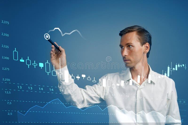 Het Concept van financiëngegevens Mens die met Analytics werken De informatie van de grafiekgrafiek met Japanse kaarsen over het  royalty-vrije stock foto