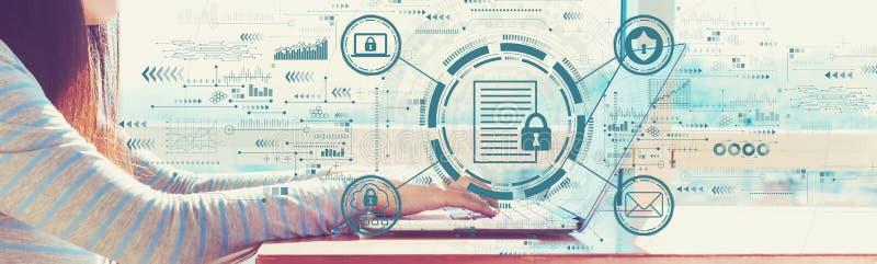 Het concept van gegevensbescherming met vrouw die aan een laptop werkt royalty-vrije stock fotografie