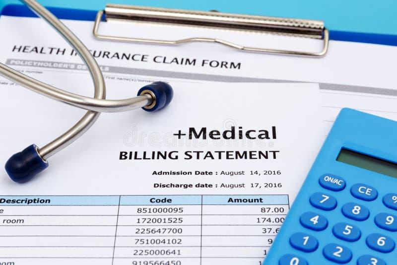 Het concept van gezondheidszorgkosten met calculator stock foto