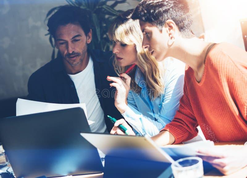 Het concept van het groepswerkproces Het jonge werk van het medewerkersteam met nieuw startproject in bureau Bedrijfs mensen die  stock afbeeldingen