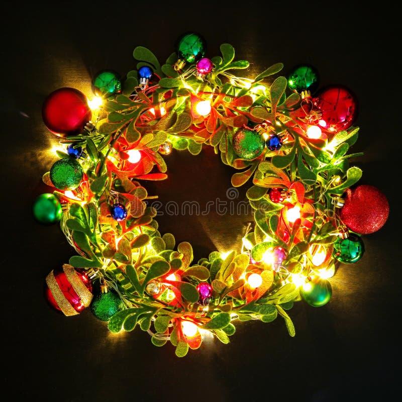Het concept van het groetseizoen Kerstmiskroon met decoratief licht o royalty-vrije stock foto