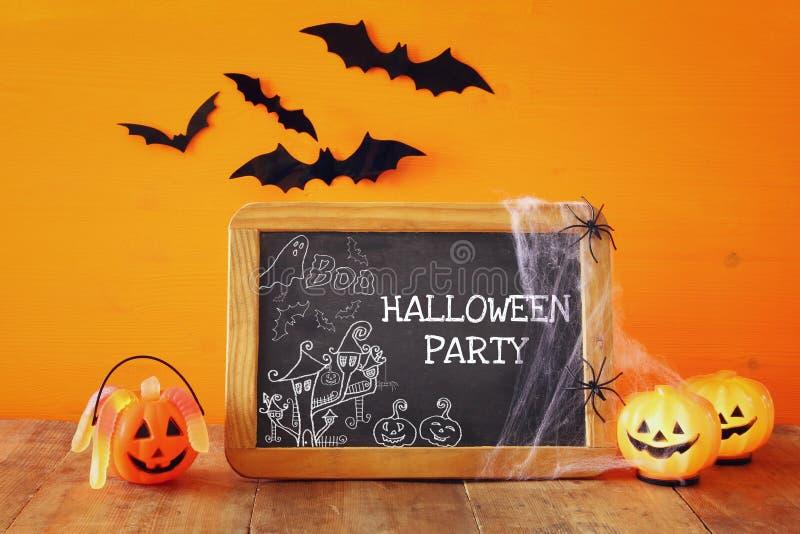 Het concept van Halloween Leuke pompoenen naast bord vector illustratie