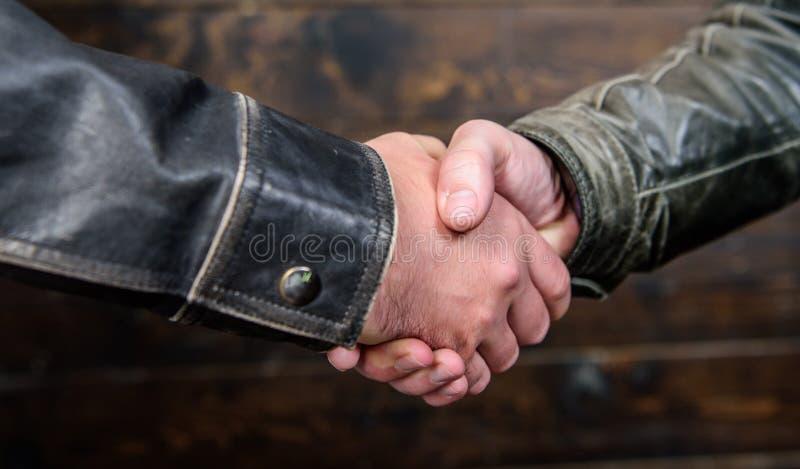 Het concept van het handdrukgebaar Vennootschap en transactie Succesvolle overeenkomstenhanddruk Handdruk die teken goedkeuren ov royalty-vrije stock afbeelding