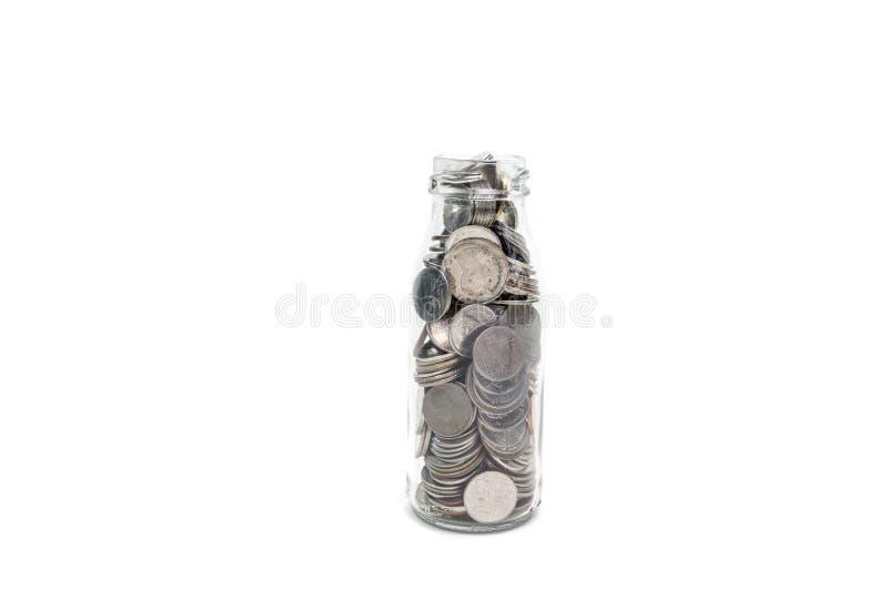 Het concept van het besparingsgeld het verzamelen van muntstukken in glasfles isoleert stock foto