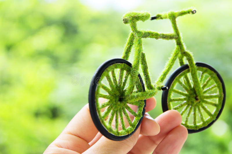 Het concept van het de fietspictogram van Eco van de Holding van de hand stock fotografie