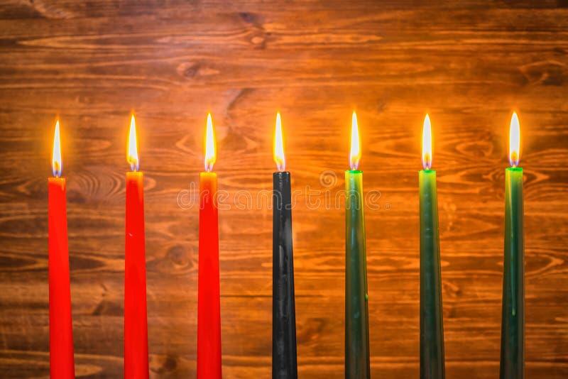 Het concept van het Kwanzaafestival met zeven rood, zwart en groene kaarsen stock foto's