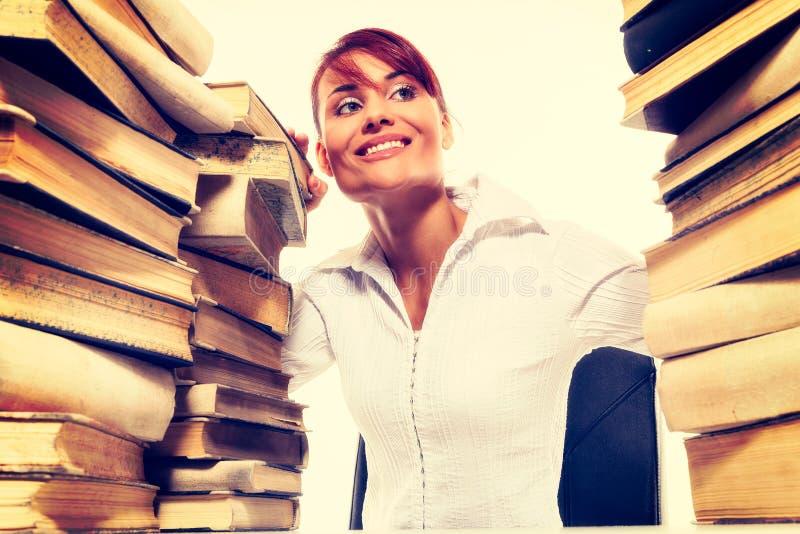 Het concept van het onderwijs Mooie jonge vrouw met stapel boeken op witte achtergrond royalty-vrije stock foto