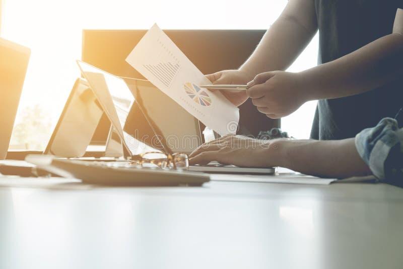 Het concept van het teamwerk, teamvergadering die, Bedrijfsmensen laptop met behulp van bij o royalty-vrije stock foto's