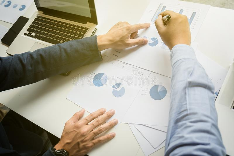 Het concept van het teamwerk, teamvergadering die, mens in het bureau werken collab royalty-vrije stock afbeelding