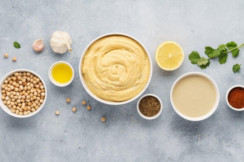 Het concept van het Hummusrecept Ruwe ingrediënten voor het koken stock foto