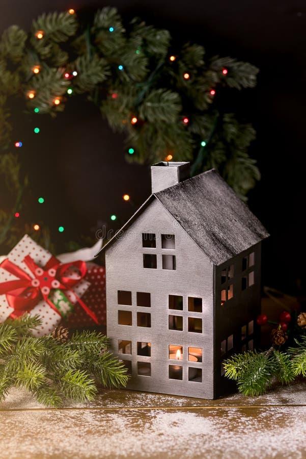 Het Concept van Kerstmistoy house snowing wooden background de Kaart van de de Wintervakantie of Warm en Comfortabel Kerstmishuis royalty-vrije stock foto