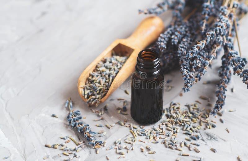 Het Concept van het KUUROORDaroma, Lavendel Organische Olie, Droge Bloemen royalty-vrije stock foto