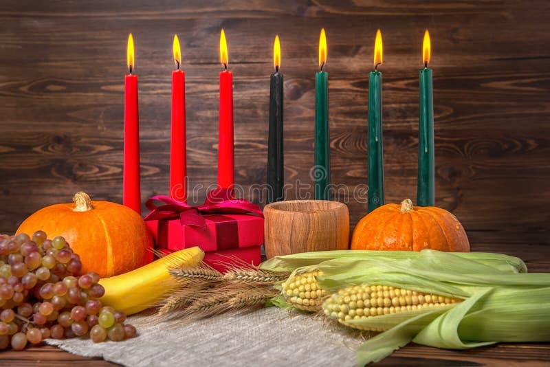Het concept van het Kwanzaafestival met zeven rood, zwart en groene kaarsen stock fotografie