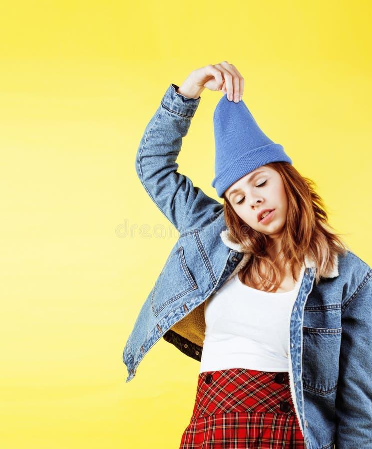 Het concept van levensstijlmensen: vrij jonge schooltiener die pret het gelukkige glimlachen op gele achtergrond hebben stock foto