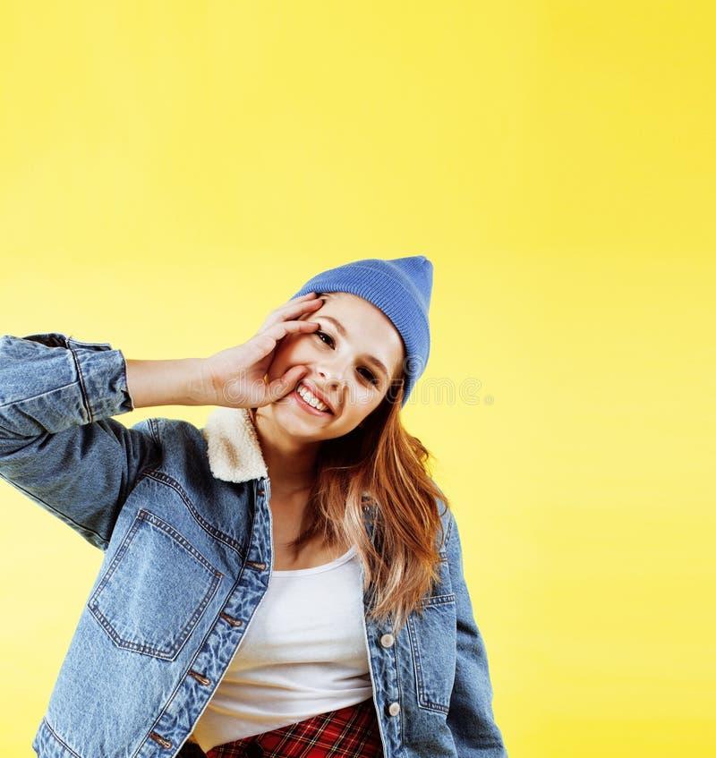 Het concept van levensstijlmensen: vrij jonge schooltiener die pret het gelukkige glimlachen op gele achtergrond hebben stock afbeeldingen