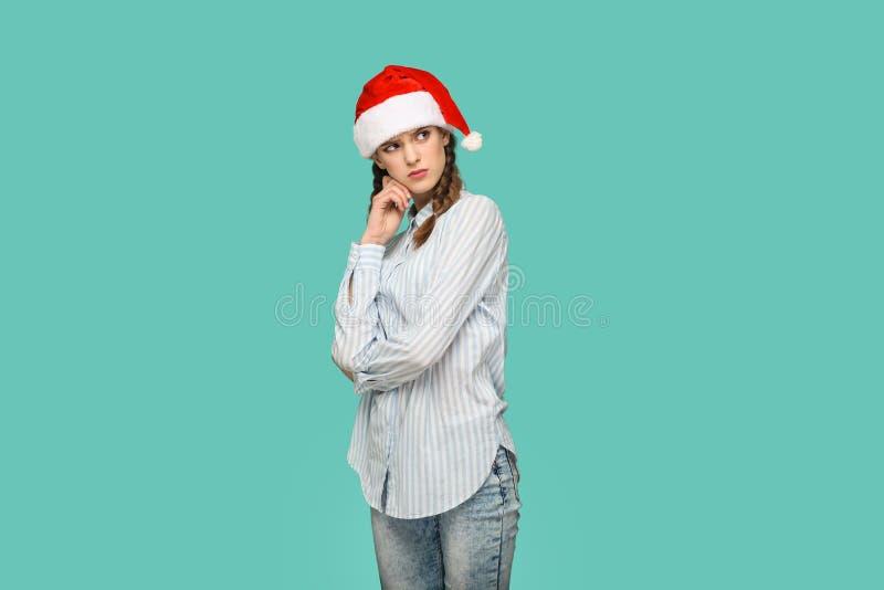 Het concept van het nieuwjaar nadenkend mooi meisje in gestreepte lichte blu royalty-vrije stock afbeelding