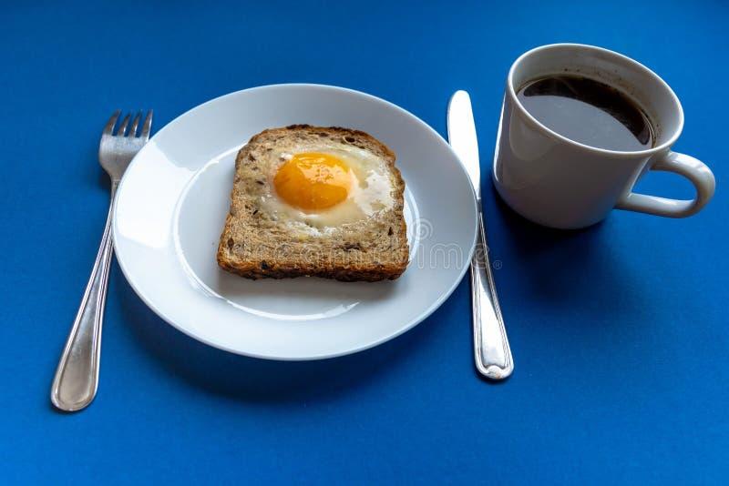 Het concept van het ontbijt Witte plaat met gebakken brood en ei en witte koffiekop Achtergrond voor een uitnodigingskaart of een royalty-vrije stock foto's