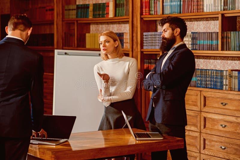 Het concept van het probleem De groep mensen bespreekt probleem aangaande commerciële vergadering Vrouw en mannen het werk aangaa royalty-vrije stock foto's