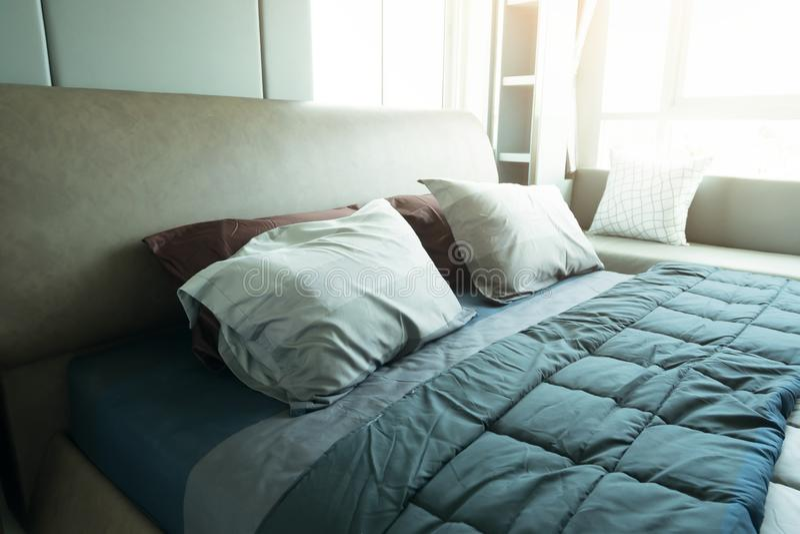 Het concept van het slaapkamerbinnenland Moderne slaapkamerstijl thuis royalty-vrije stock foto