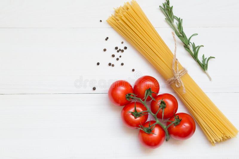Het concept van spaghettiingrediënten op witte achtergrond, hoogste mening royalty-vrije stock afbeeldingen