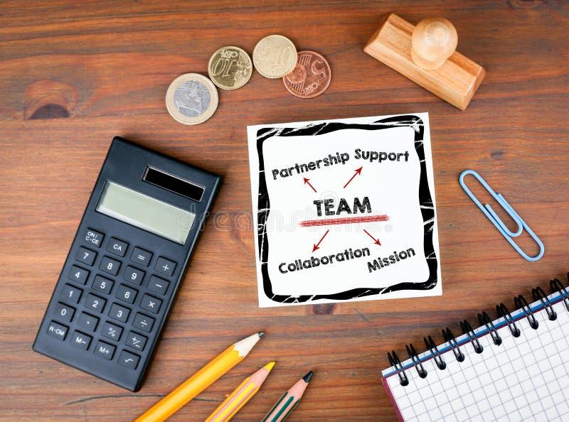 Het concept van het team Bureau met kantoorbehoeften, grafiek en communicatie achtergrond royalty-vrije stock afbeeldingen