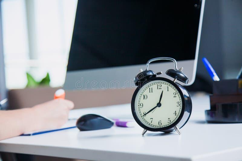 Het concept van het tijdbeheer in bedrijfsbureau royalty-vrije stock foto's