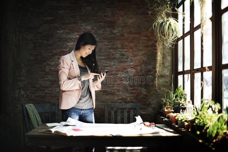 Het Concept van Using Mobile Phone van de onderneemstersecretaresse royalty-vrije stock fotografie