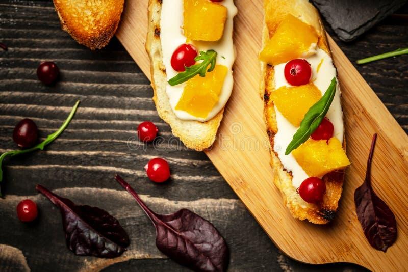 Het concept van het voedselrecept Toosts van kaas, Alphonso mango Bruschetta met mango en kaas eigengemaakt Gezonde vegetariër nu stock foto's