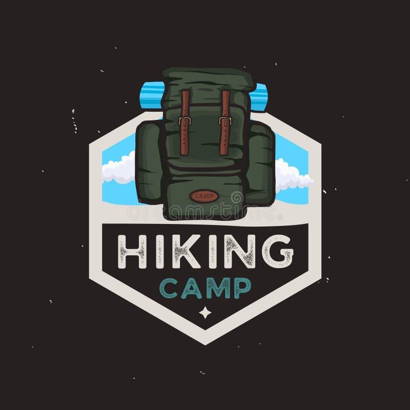 Het concept van het wandelingskamp logotype met reisrugzak, openluchtavonturen royalty-vrije illustratie