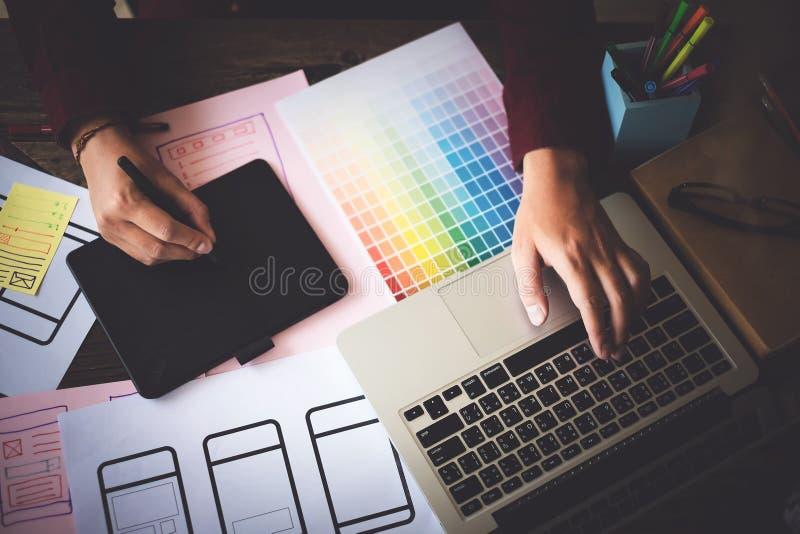 Het concept van Webontwerpers Mensenbrainstorming voor ideeën en het schetsen royalty-vrije stock foto