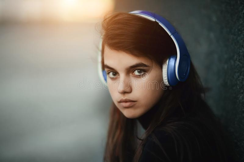 Het concept van Webradio's Portret van jonge mooie meisje het luisteren muziek stock fotografie